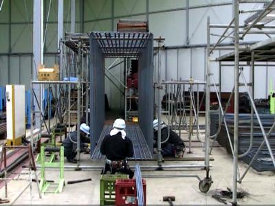 工場で組立